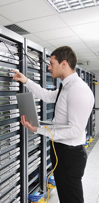 image de technicien réalisant un audit informatique